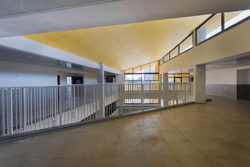 הרחבה בקומה השלישית מנקזת אליה את המסדרונות, שבהם יתרוצצו בהפסקות תלמידי כיתות ה'-ו'  (צילום: ליאור גרונדמן)