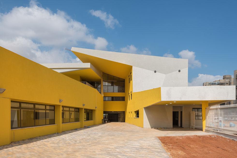 בית הספר ''איינשטיין'' ביבנה, שנפתח השנה. אחת התגובות הנפוצות לצהוב העז היא ''סיוט לילדים עם הפרעות קשב'' - אבל האם זה באמת נכון? (צילום: ליאור גרונדמן)
