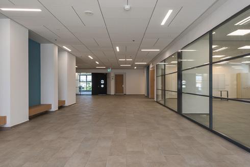 המסדרונות עמוקים כמעט כמו הכיתות (השקופות) (צילום: ליאור גרונדמן)