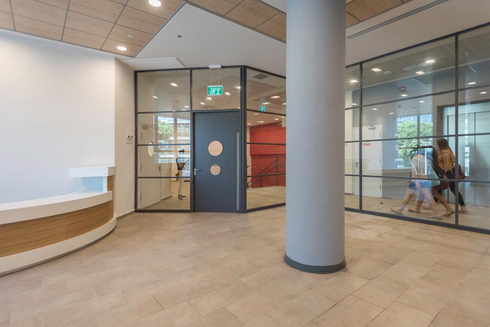 זו תהיה הספרייה. כמו רבים מבתי הספר בישראל, גם כאן לא נגמרו העבודות בזמן (צילום: ליאור גרונדמן)