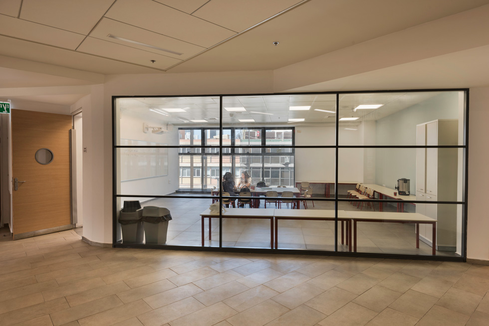 בכל קומה יש 6 כיתות. שתיים מהן מחוברות במחיצות נעות, כדי לאפשר פתיחה לאולם גדול. לכל קומה מרחב לימוד במרחב המוגן, ושימוש ציבורי שמשרת את כלל בית הספר. מסדרון הקומה עמוק באופן ניכר מהתקן, כמעט כמו הכיתה עצמה: כ-5 מטרים (צילום: ליאור גרונדמן)