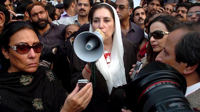 ראש ממשלת פקיסטן לשעבר שנרצחה  (צילום: EPA)