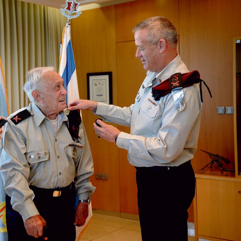 """מקבל בגיל 100 מהרמטכ""""ל בני גנץ את דרגת האלוף שהובטחה לו ב־1954 צילום: דוד רובינגר"""