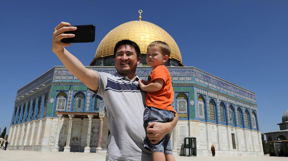 Muslim tourist takes a selfie outside the Dome of the Rock (Photo: Reuters)