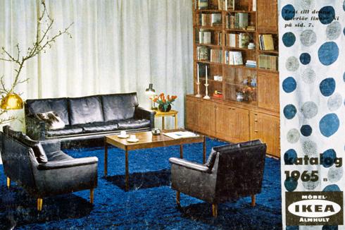 פמוטי שבת בקטלוג של 1965, עם מערכת ישיבה משעממת בשלושה חלקים, על שטיח כחול זוהר (צילום: inter ikea systems)