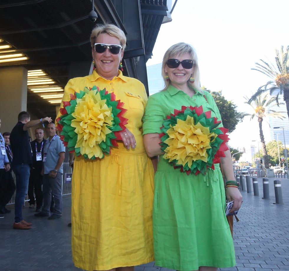 והפרחים לנבחרת ליטא (צילום: אורן אהרוני) (צילום: אורן אהרוני)