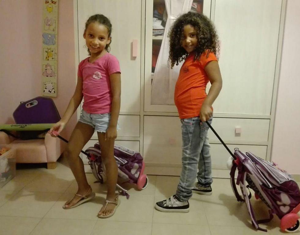 טל מוצא עולה לכיתה א', אחותה ליאור כבר בכיתה ב' (צילום: נגה מוצא)