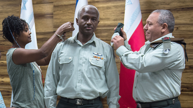 Dr. Yitzhaki receiving his ranks from IDF chief Eisenkot (Photo: IDF Spokesman's Office)
