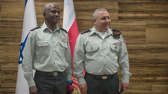 Dr. Yitzhaki with IDF chief Eisenkot (Photo: IDF Spokesman's Office)