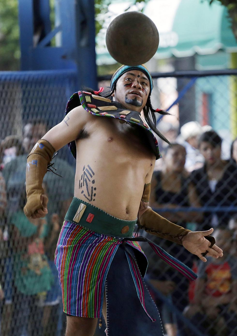 פסטיבל משחק כדור של שבט המאיה באל-סלבדור (צילום: EPA)