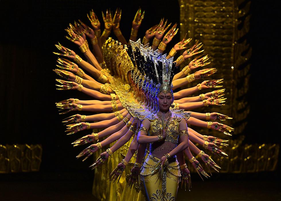 אמנים סינים בעלי מוגבלויות רוקדים בתיאטרון בבוגוטה, קולומביה (צילום: AFP)