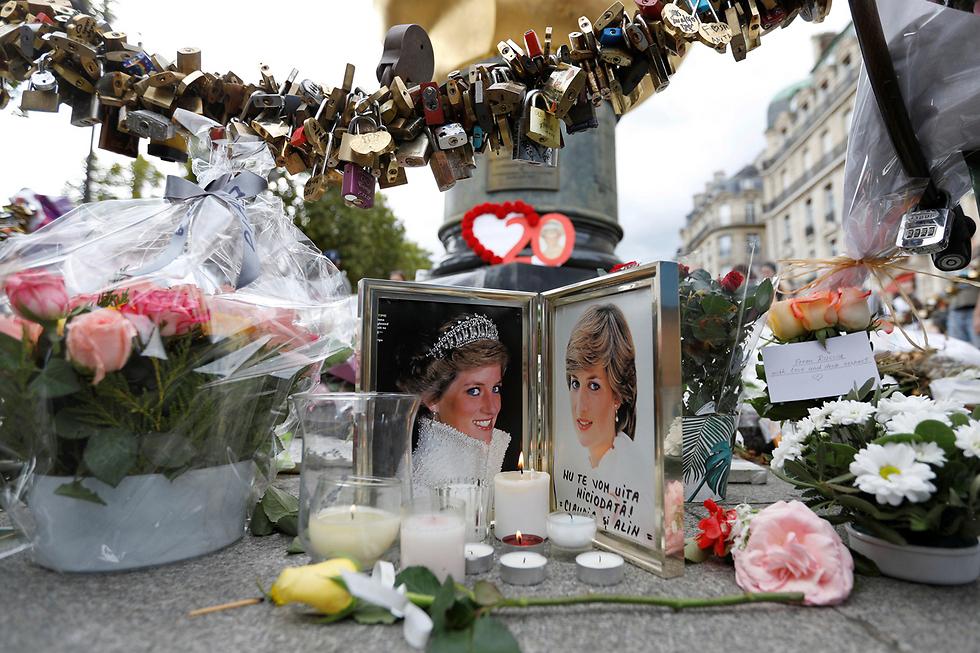פרחים לזכר הנסיכה דיאנה בזירת התאונה שבה נהרגה לפני 20 שנה בדיוק בפריז (צילום: רויטרס)