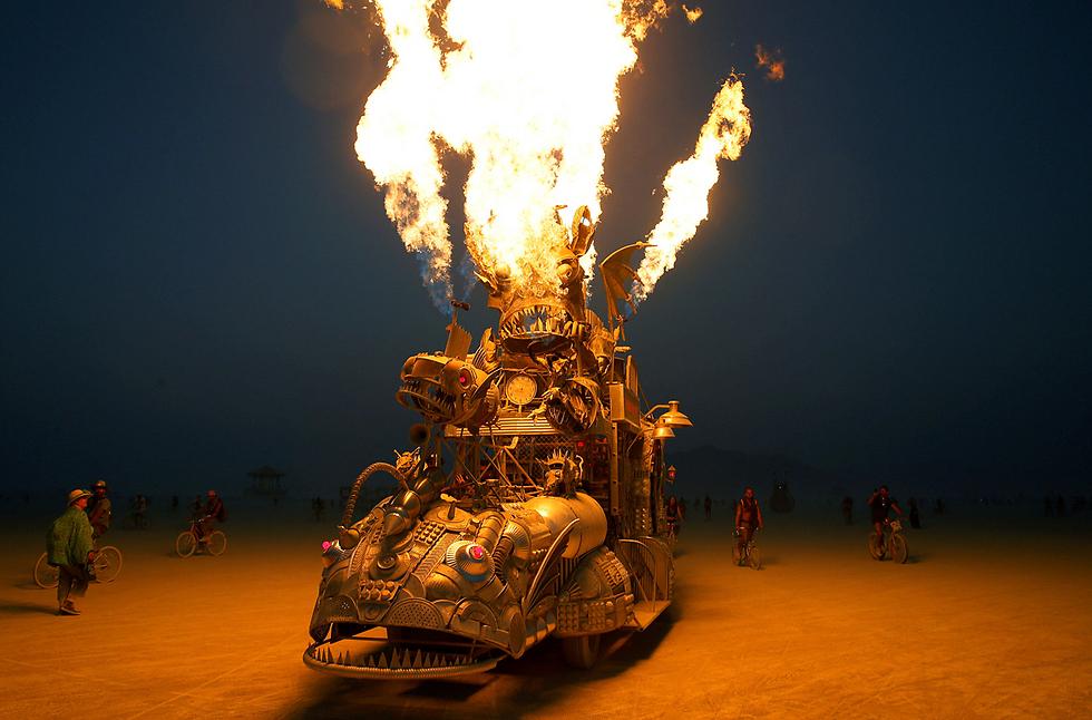 """להבות מפסל מכונית בפסטיבל ברנינג מן בנבדה, ארה""""ב (צילום: רויטרס)"""