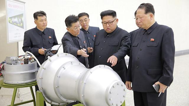 קים ג'ונג און במעבדה גרעינית (צילום: רויטרס) (צילום: רויטרס)