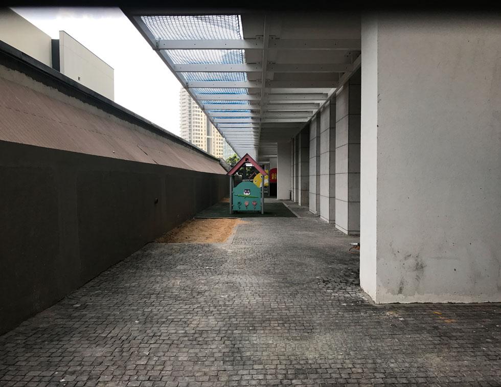 חצר של אחד מגני הילדים במתחם, שנחנכו שלשום. האילוצים של הקניון (משמאל) מכתיבים חצר סגורה ונמוכה (צילום: הילה שמר)