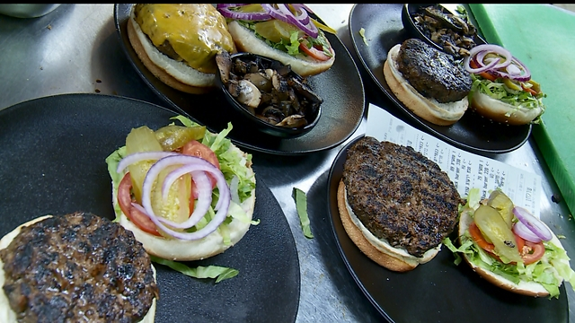 """""""הכנתי סנדוויץ' לילדים והתעניתי"""". ההמבורגר של בלאק (צילום: ynet)"""