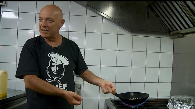 """""""הכנסנו לתפריט מנות לפי עקרונות הנטורופתיה"""". בוקששתר במטבח (צילום: ynet)"""