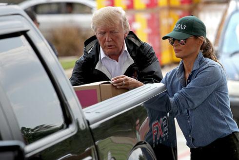 אחרי המהפך הסגנוני במטוס: טראמפ נושאת ארגזים ומדגימה קז'ואל נשיאותי מהו (צילום: GettyImages)