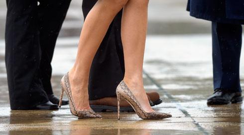אדישה לביקורת על הנעליים שלה? (צילום: AP)