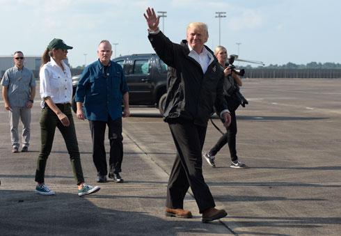 אחרי הביקורת: במראה נינוח של סניקרס ומכנסי ג'ינס (צילום: AP)
