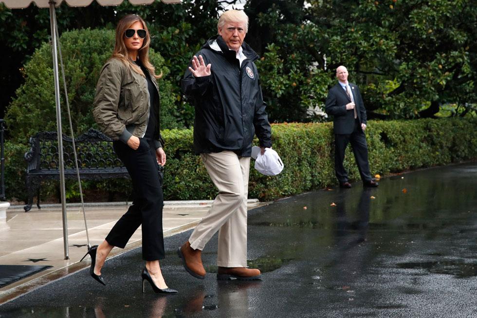 """""""הגברת הראשונה תחליף לנעליים נוחות יותר ברגע שתעלה על המטוס"""". בשבוע שעבר: מלניה טראמפ עולה למטוס חמושה במכנסיים הדוקים, מעיל בומבר במראה צבאי, משקפי טייסים וכמובן, נעלי סטילטו שחורות (צילום: AP)"""