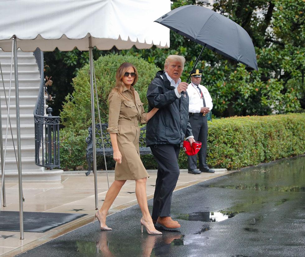 רגע לפני העלייה למטוס לטקסס אתמול: מלניה טראמפ בשמלת ספארי של ראלף לורן שמחירה 1,590 דולר ונעלי סטילטו בדוגמת נחש של מנולו בלניק (צילום: AP)