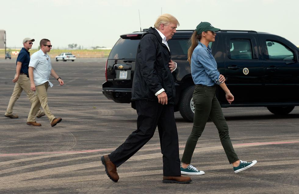 מלניה טראמפ יורדת מהמטוס בטקסס אתמול: מכנסי סקיני ג'ינס שחורים, חולצת דנים, כובע מצחייה וסניקרס של אול סטאר (צילום: AP)