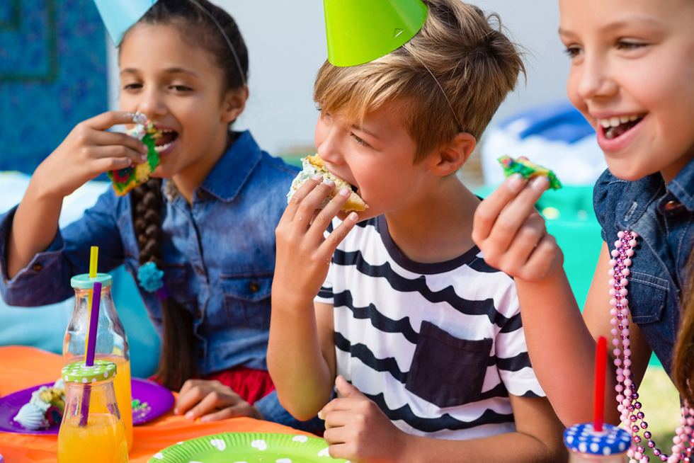 איך מתכננים מסיבה שהיא לא עוד שחיתות סוכר-שומן-צבעי מאכל מוגזמת (צילום: Shutterstock)