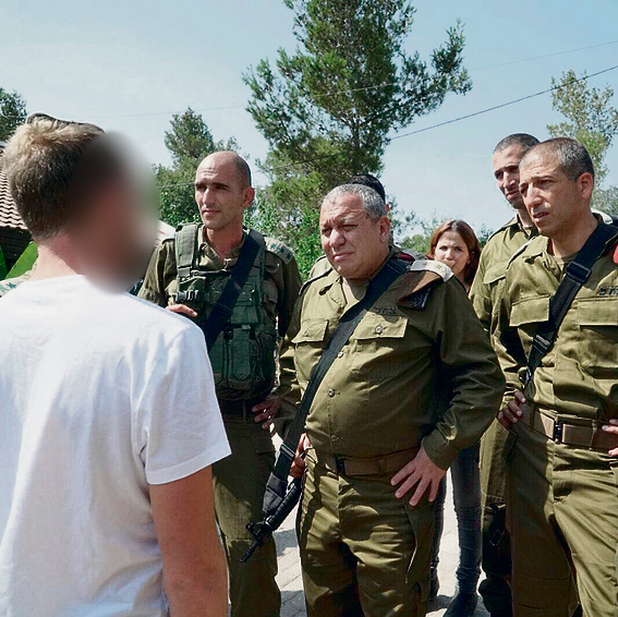 In Halamish, with IDF Chief of Staff Gadi Eisenkot. 'I never thought I would be awarded a citation during my military service'  (Photo: IDF Spokesperson's Unit)