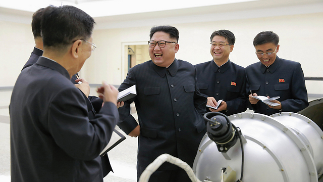 North Korean leader Kim Jong Un shown the nuclear weapon (Photo: EPA)