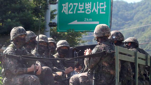צבא דרום קוריאה בכוננות בגבול (צילום: AFP)