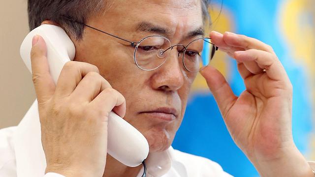 נשיא דרום קוריאה מון ג'אה אין משוחח עם נשיא יפן אבה (צילום: EPA)