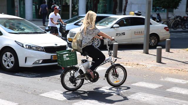 Электровелосипед в центре Тель-Авива. Фото: Моти Кимхи