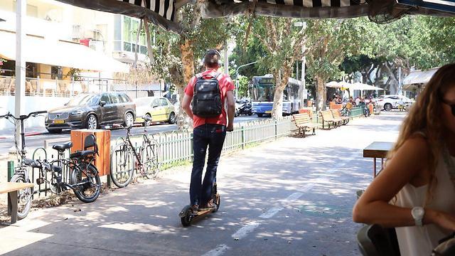 Самокат в центре Тель-Авива. Фото: Моти Кимхи
