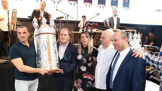 נפתלי בנט וראש עיריית אשדוד עם משפחת וענונו (צילום: מוטי קמחי) (צילום: מוטי קמחי)
