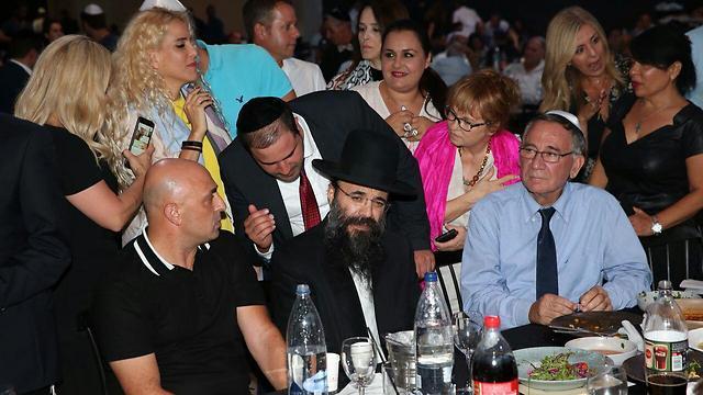 """ראש עיריית הרצליה משה פדלון לצד """"הרנטגן"""" (צילום: מוטי קמחי) (צילום: מוטי קמחי)"""