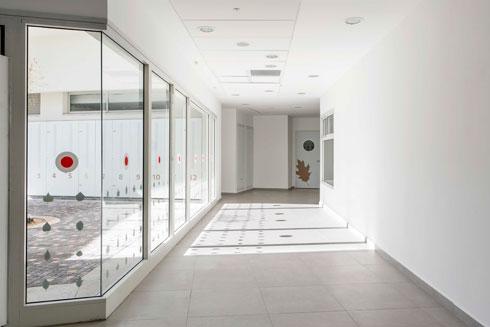 מסדרונות רחבים מוארים באור טבעי (צילום: איתי בנית)