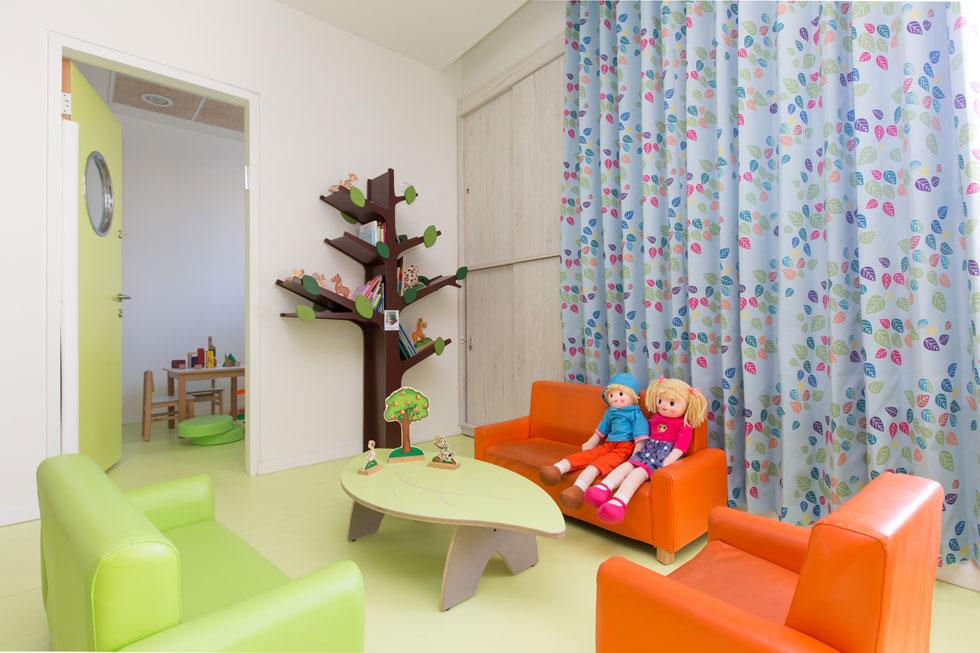 פינת הספרייה בכיתה מוקפת בכורסאות רכות. גם הרצפה צבעונית ורכה, ובכל כיתה יש גם חדר קליניקה למטפלים   (צילום: דור נבו)