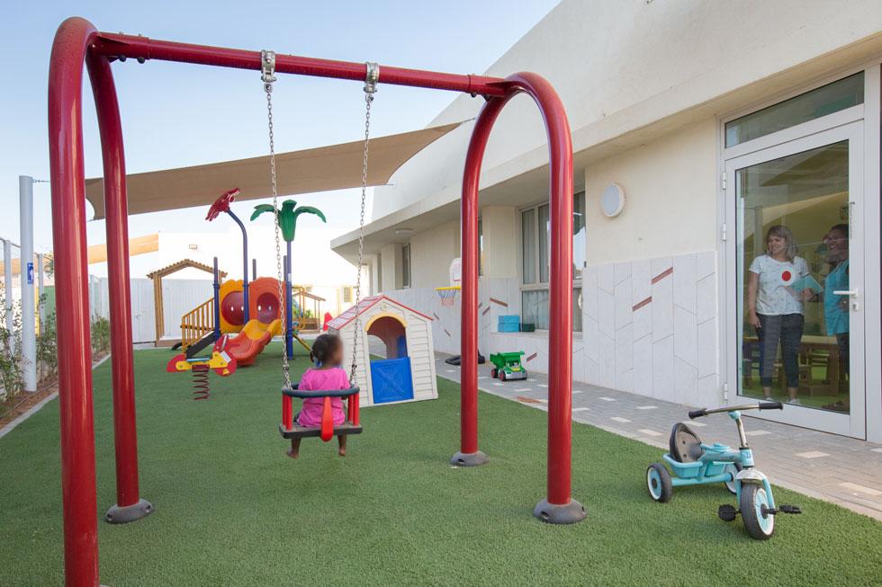 החצר המאובזרת משמשת את הילדים ויש אליה יציאות מכל הכיתות (הילדה בצילום היא בתה של אחת מעובדות המעון)   (צילום: דור נבו)