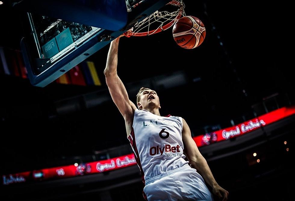 קריסטפס פורזינגיס. חד קרן (צילום: FIBA.COM)