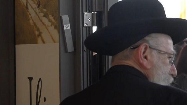 קבע מזוזה בבניין החדש. שר הבריאות ליצמן (צילום: דניאל אליאור) (צילום: דניאל אליאור)