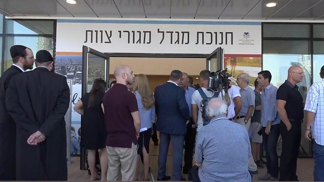 הכניסה למגדל מגורי הצוות (צילום: דניאל אליאור) (צילום: דניאל אליאור)