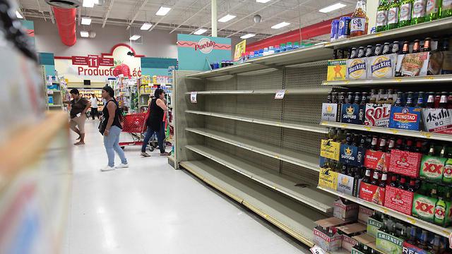 מדפים ריקים בסופרמרקט בסן חואן, פוארטו ריקו (צילום: רויטרס) (צילום: רויטרס)