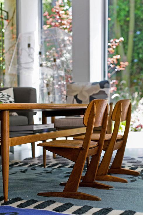 בסלון אפשרויות ישיבה לגדולים ולקטנים (צילום: שירן כרמל)