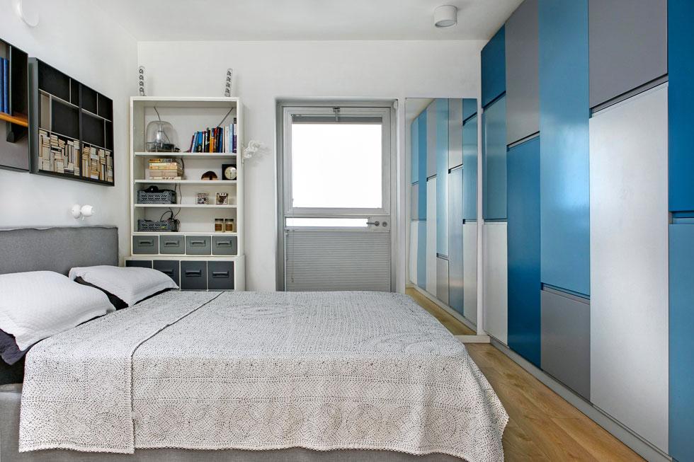בחדר ההורים ארון קיר בגווני ים, שידת מגירות מבית מרקחת ישן, ומעל המיטה שני צילומים מודפסים של בני בר גיל (צילום: שירן כרמל)