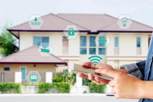 """""""רבים שוכחים לכבות מכשירי חשמל בצאתם מהבית"""".  שליטה מרחוק - מהיתרונות הבולטים (צילום: ביגסטוק)"""