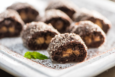 """עוגיות מגולגלות מבצק שקמ""""ק בטעם קקאו וחמאת בוטנים (צילום: דודו אזולאי)"""