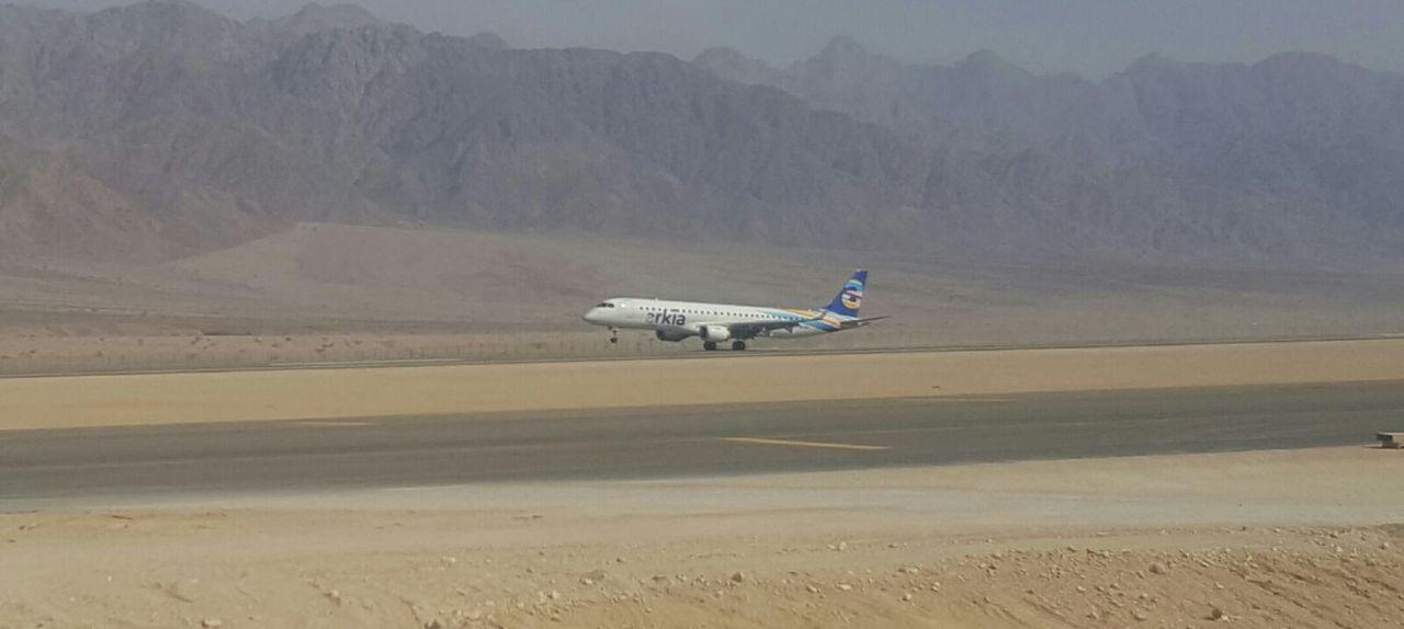 הנחיתה ההיסטורית: מטוס ארקיע מגיע למסלול הנחיתה ברמון (רשות שדות התעופה) (צילום: איתי בלומנטל)