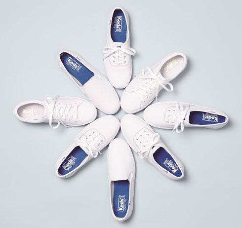 קדס. 20 אחוז הנחה על כל הנעליים הלבנות לנשים