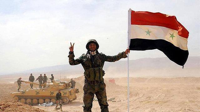 חייל סורי חוגג את שבירת המצור על דאעש בדיר א-זור ()